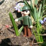 Igráček Strážce Jirka pomáhá kytičkám