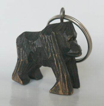 konžský přírodní suvenýr - dřevěná figurka gorily s kroužkem