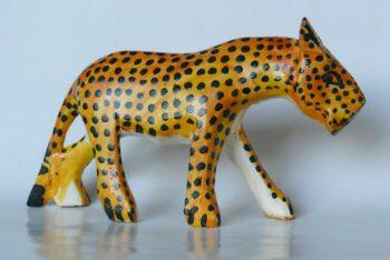 konžský přírodní suvenýr - dřevěná figurka levharta