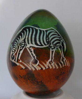 konžský přírodní suvenýr - kaolínové vajíčko s motivem stromu a zebry