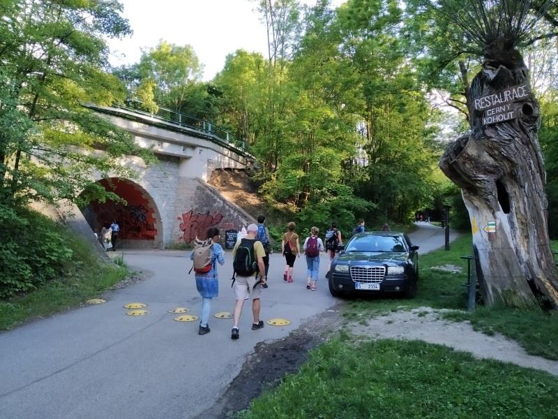 Koronaturismus - pěší i motorizovaní návštěvníci Prokopského údolí v Praze