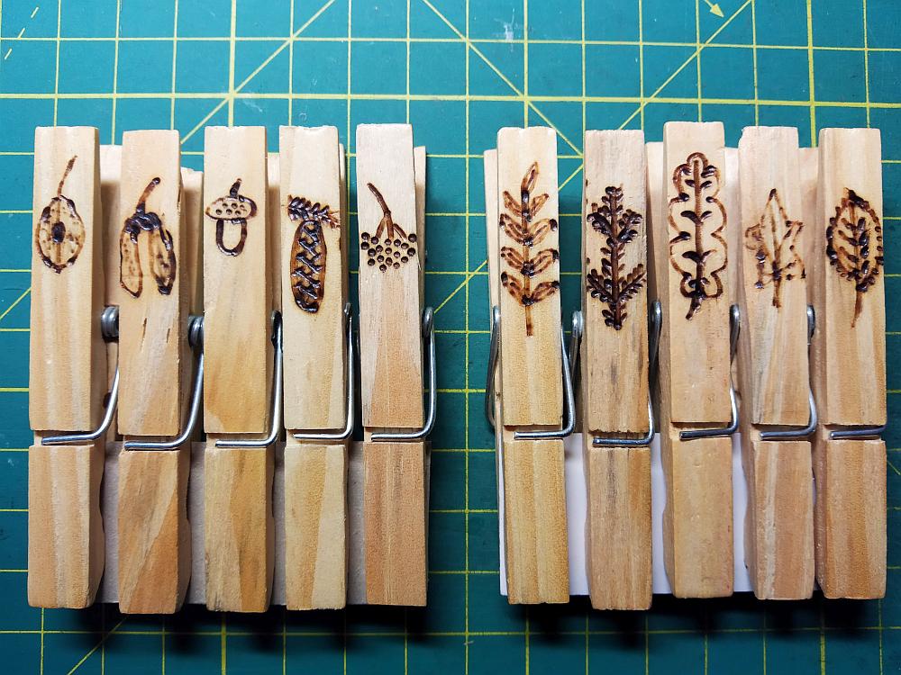 dřevěné kolíčky s vypalovanými motivy našich dřevin