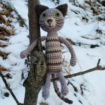 Háčkovaná kočka divoká na stromě
