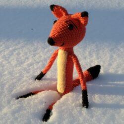 Háčkovaná liška ve sněhu