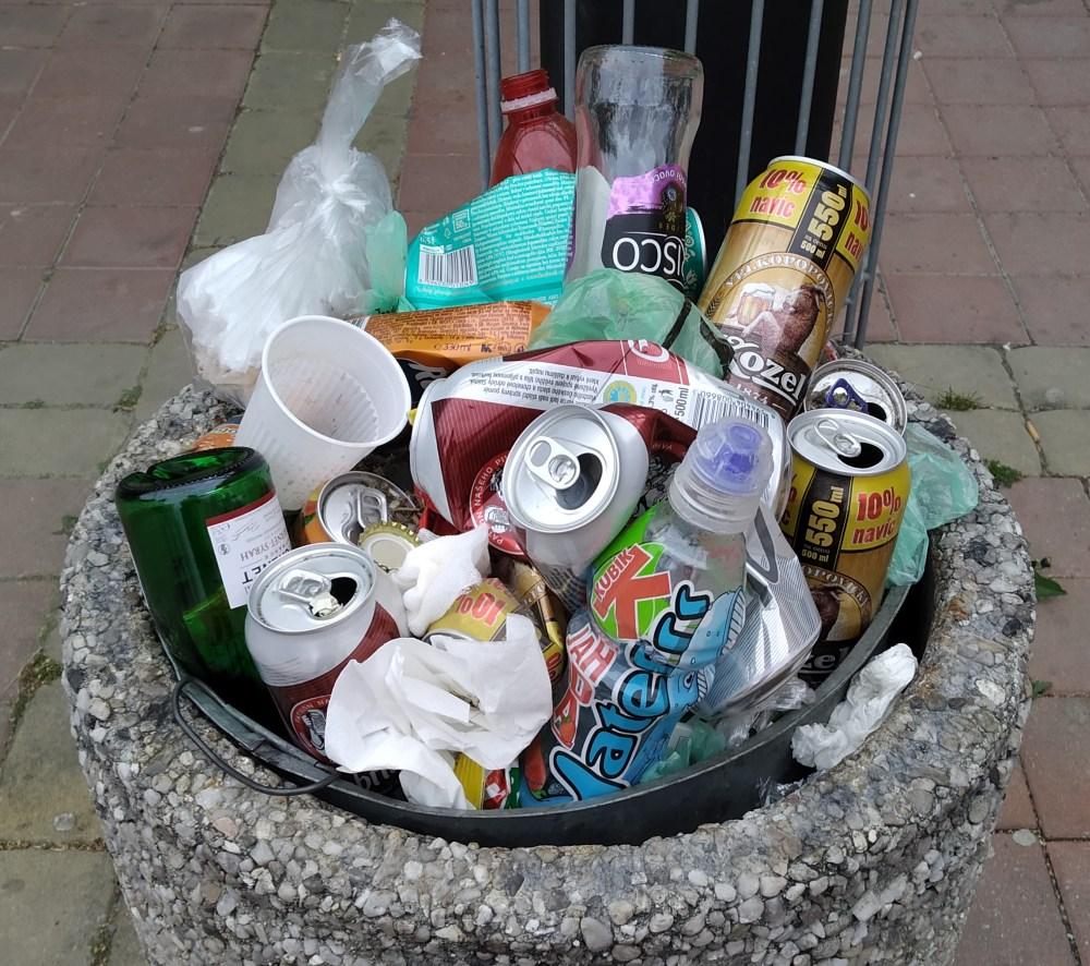 pouliční odpadkový koš s nevytříděným odpadem - třídění zdar!